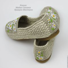 This Pin was discovered by Gau - ropa, vacaciones y más Crochet Shoes Pattern, Crochet Boots, Shoe Pattern, Crochet Slippers, Knit Shoes, Sock Shoes, Shoe Boots, Baby Shoes, Pikachu Crochet