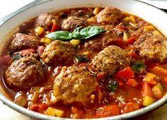Klopsiki wieprzowo-jaglane w sosie warzywnym Pyszne klopsiki w wyjątkowym baaardzo warzywnym sosie. Sycące, aromatyczne i pożywne danie jednogarnkowe, które kusi nie tylko wspaniałym smakiem ale również efektownym, kolorowym wyglądem. Kasza jaglana nadaje mięsnym kuleczkom miękkości i delikatności, natomiast w smaku jest prawie niewyczuwalna. Klopsiki robi się dość szybko, łatwo się formuje i nie rozpadają się … Polish Recipes, Polish Food, Pork, Food And Drink, Beef, Cooking, Ethnic Recipes, Kitchen, Diet