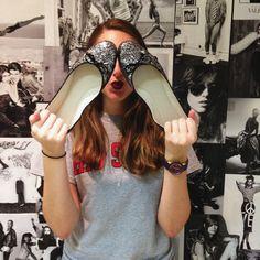 Luisa Fleury usa sapatilhas de glitter da marca Vinci Shoes.