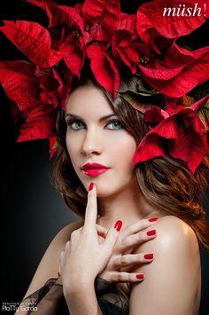 Rojo en labios protagonista del look. Maquillaremos los ojos más discretos. Cutis impecable y culminado con un tierno blush. Uñas a juego