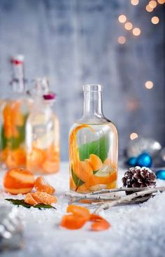Try our Christmas gin recipe with clementine, ginger and bay. Make your own gin for an easy Christmas gift. Easy spiced homemade gin for Christmas presents Christmas Gin, Christmas Cocktails, Edible Christmas Gifts, Italian Christmas, Christmas Hamper Ideas Homemade, Christmas Items, Cocktail Drinks, Cocktail Recipes, Easy Cocktails