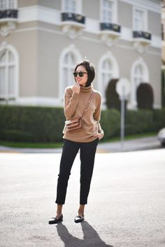 Photos via: 9 to 5 Chic Super inspired by Anh's classic cashmere turtleneck outfit. Not only does she look incredibly chic, but she's perfectly warm and cozy fo Casual Chic, Chic Chic, Mode Chic, Smart Casual, Spring Work Outfits, Fall Winter Outfits, Autumn Winter Fashion, Fall Fashion, Autumn Casual
