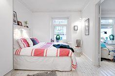 красивый интерьер спальни в двухкомнатной квартиры