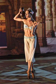 Olga Smirnova in La Bayadère Act I (chor. Marius Petipa) ~ Photo by Alexey Yakovlev Ballet Photos, Dance Photos, Dance Pictures, Tutu Costumes, Ballet Costumes, Ballet Beautiful, Beautiful Girl Image, La Bayadere, Ballet Poses