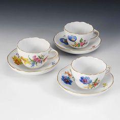 """3 Tassen mit Blumenmalerei, Meissen. Blauschwerter, 2. H. 20. Jh., 2 Schleifstriche. Form """"Neuer Aus — Porzellan"""