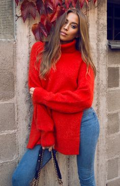 Kenza Zouiten in Heroinne Sweater