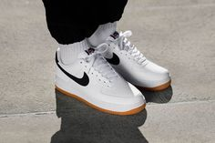 Nike air force 1 blanche avec virgule noire   #sneakers #basket #baskets #history #nike #airforceone #collector Air Force 1, Nike Air Force One, Basket Nike Air, Baskets Nike, Kanye West, Hip Hop, Foot Love, Nike Cortez, Sneakers Nike
