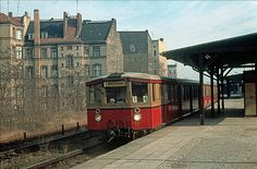 Berlin (West) S-Bahnzug im Bahnhof Grossgoerschenstrasse