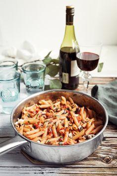 Ett krämigt recept på pasta med aubergine, tomat, basilika och mozzarella. Tillagas på 20 minuter och kan serveras direkt ur pannan. Smaklig måltid! #pasta #aubergine #mozzarella #dinner #food