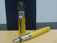 michel perchin fleur de lis fountain pen...If it were blue with gold fleur de lis, this would be THE PEN.
