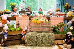 Bem-vindos à fazendinha do Patrick! Tem paçoquinha, doce leite, brigadeiro e muitas outras gostosuras feitas pela Sweet Carolina! Vaquinhas, patinhos, gali Farm Birthday, First Birthday Parties, First Birthdays, Farm Party, Cowboy And Cowgirl, Alice, Table Decorations, Projects, Kids