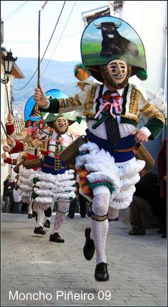 """SPAIN / Celebrations / Carnival - Las """"fariñadas"""" Verín, Orense, Galicia. A lo largo de las jornadas de fiesta se irán sucediendo batallas de harina, bailes de máscaras, desfiles de comparsas y charangas, concursos, degustaciones de productos típicos, etc… El día más intenso es el domingo, ya que tiene lugar a mediodía el Gran Desfile de Carrozas, Comparsas, Máscaras y Cigarrones."""
