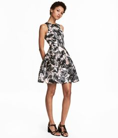 Powder/patterned. Knee-length, sleeveless dress in woven fabric with a printed pattern. Fitted bodice, concealed back zip, seam at waist, and gently flared