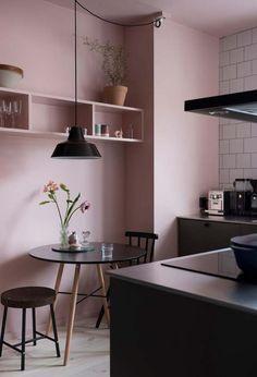Cozinha rosa e preto num estilo minimalista contemporâneo
