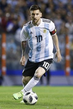 Lionel Messi Photos - Lionel Messi of Argentina drives the ball during an international friendly match between Argentina and Haiti at Alberto J. Armando Stadium on May 2018 in Buenos Aires, Argentina. - Lionel Messi Photos - 1197 of 12473 Argentina Football Team, Messi Argentina, Messi Pictures, Messi Photos, Leonel Messi, Messi 10, Best Player, Manchester City, Brad Pitt