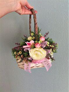 košík+třeba+na+koledu+Proutěný,+nazdobený+košík,+umělými+květy+a+větvičkami,+krajková+stuha+a+dřevěný+ptáček,+vhodné+jako+dekorace+nebo+na+různé+dárky,+květiny+a+také+na+koledu