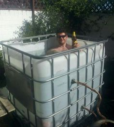 Outdoors Discover IBC Hot Tub - one inventive Edge Transport driver converts an old IBC (Individual Bulk Container) into a personal hot tub! Jacuzzi, Domov A Zahrada Outdoor Tub, Outdoor Baths, Outdoor Bathrooms, Outdoor Decor, Jacuzzi, Douche Camping, Piscine Diy, Outdoor Projects, Inventions