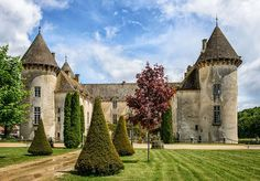 Château de Savigny-lès-Beaune - Bourgogne dominates a magnificent property of 12 hectares, crossed by a river that originally fed the moat of the ancient fortress.Built in 1340 for Duke Odo by John Frolois, Marshal of Burgundy, it was dismantled in 1478 as punishment for what the Lord had sided with Mary of Burgundy against Louis XI, though keeping the crows still visible on the battlements two rounds.