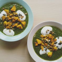 Spinach soup with chicken curry and pumpkin seeds