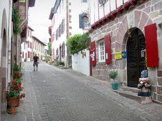 Saint-Jean-Pied-de-Port: Façades de maisons fleuries de la rue de la Citadelle