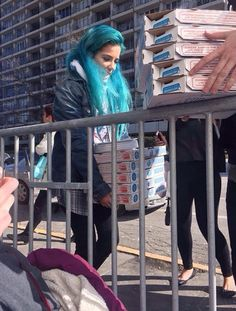 Halsey is so sweet she will do anything for her fans. She brought pizza and coffee for them in the freezing cold. Such a sweetheart