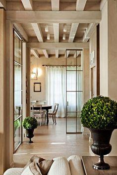 porte coulissante en verre, porte vitrée du plafond au sol, intérieur beige élégant