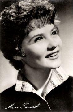 Törőcsik Mari (1935 –) a Nemzet Színésze címmel kitüntetett, kétszeres Kossuth-díjas és kétszeres Jászai Mari-díjas magyar színésznő, A Magyar Köztársaság Érdemes Művésze és Kiváló Művésze.