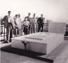 13. Ο Νίκος Καζαντζάκης στον τάφο του Ελευθερίου Βενιζέλου στο Ακρωτήρι, κοντά στα Χανιά της Κρήτης. Μαζί του, ο Γιάννης Κακριδής (δεύτερος, δεξιά του) και ο Ιωάννης Καλιτσουνάκης (δεξιά τού Κακριδή), μέλη της Κεντρικής Επιτροπής Διαπιστώσεως των Ωμοτήτων εν Κρήτη. Ιούλιος 1945.