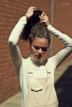 Stylish beige overalls and turtleneck shirt. Beige Outfit, Salopette Jeans, Mode Blog, Turtleneck Shirt, White Turtleneck, Looks Street Style, Inspiration Mode, Poses, Passion For Fashion