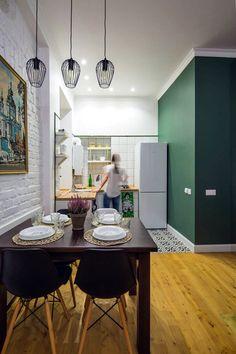 Обеденная зона с подвесными лампами на кухне