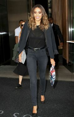 jeans - woman in black looking gorgeous (Jessica Alba). Jessica Alba Outfit, Jessica Alba Casual, Jessica Alba Style, Jessica Alba Fantastic Four, Spring Summer Fashion, Autumn Fashion, Fade Styles, Elegant Woman, Style Guides