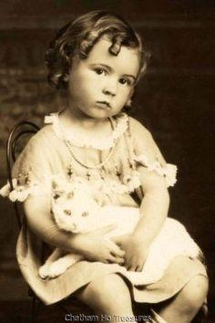 Stunning-Little-girl-holding-white-cat-kitty-w-curly-ringlets-hair-photo