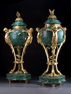 Heuvelmans Interiors gilt bronze and malachite urns Vase Centerpieces, Vases Decor, Crystal Vase, Home Decor Signs, Glass Ceramic, Russian Art, Sculpture Clay, Decorative Accessories, Decorative Vases