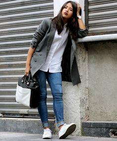 look calça jeans camisa blazer bolsa