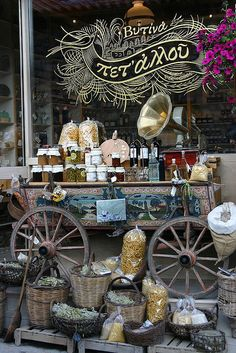 Lo que más me ha llamado la atención de esta tienda es que estén algunos de los productos a vender fuera de la tienda, al estilo mercadillo.David Menéndez.Shop front displaying spices and jams in Vytina, Greece   ᘡղbᘠ