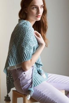 A soft, triangular scarf with tassels from Novita Baby Merino yarn. Cable Knitting Patterns, Christmas Knitting Patterns, Shawl Patterns, Lace Knitting, Lace Wrap, Knitting Accessories, Knit Fashion, Knitted Shawls, Cotton Linen