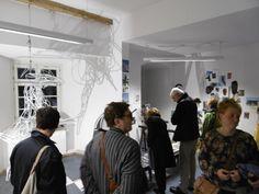 Kunstinteressierte bei der Kunstnacht, mit Hexe im Gebäude wo die Hexenverbrennung von Ravensburg und Umgebung manifestiert wurde...