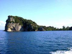 Kik ud over Bolsenasøens lille Ø. Vandet siges at være så rent, at det kan bruges til madlavning.. Der er lækre badrsteder langs søen, bådudlejning og herlige restauranter. Se mere på www.lazio.dk