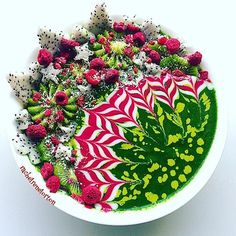 Festive Smoothie Bowl by @rachelrenelorton
