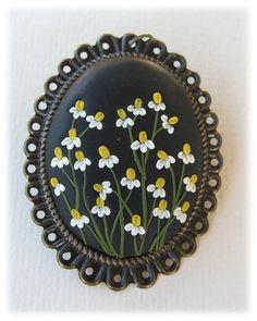 Collier de déclaration de Boho de fleur de camomille. C'est un pendentif en pâte polymère unique, fait main, avec des motifs de fleurs de camomille dans le style romantique, bohème. La base de la pendentif en alliage de cuivre de couleur bronze antique. Incrustations et décorations sont en pâte polymère.  Tailles : hauteur: 5,8 cm/2,28 pouces Largeur: 4.0 cm/1,57 inch  La méthode est connue comme « technique applique ». À laide de petits morceaux dargile et une aiguille. Le penden...