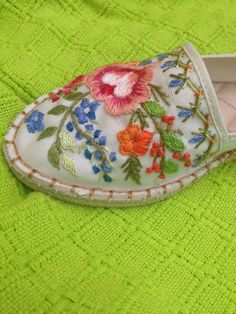 embroidery for summer Tree Bees, Needle And Thread, Huaraches, Cute Shoes, Cross Stitching, Slipper, Handicraft, Needlepoint, Embroidery Patterns