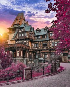Beautiful Pelisor Castle in Romania 😍 With whom would you love to spend a night or two here? By ❤️ Pelisor Castle in Romania 😍 With whom would you love to spend a night or two here? Wonderful Picture, Wonderful Places, Beautiful Places, Beautiful Pictures, Beautiful Buildings, Amazing Places, Peles Castle, Medieval Town, Travel Abroad