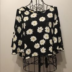 Daisy printed crop top Floral printed. Loose and flowy crop top. Vey cochella! Great with pretty much anything you could pair it with #flowy #flowerprint #springwear #springfashion #croptop Tops Crop Tops