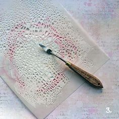 Hello and lovely Friday! Today I want to share this background tutorial with you. I made the lace inspired background with gesso, Gelatos...