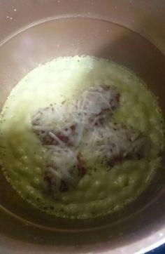 PIMIENTOS RELLENOS DE CARNE FUSSIONCOOK:Los pimientos son comprados rellenos . La crema de pimientos lleva un ajo y pimiento rojo . Lo pico , luego añado aceite y a cocer. Cuando están cocidos, añado nata liquida, un par de tranchetes y un poco de sal. Y siguen cociendo hasta que espesa. Lo pongo en la fussioncook y los pimientos rellenos encima. Menú horno 5 minutos. Abrir . Añadir queso rallado y listo.
