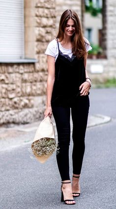 street style look com regata pijama e calça jeans.