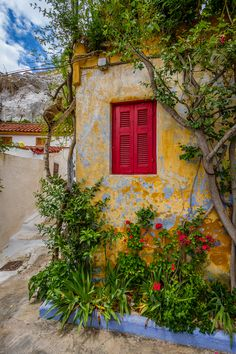 Anafiotika is a scenic tiny neighborhood of Athens, part of old historical neighborhood called Plaka. It lies in northerneast side of the Acropolis hill Mykonos Greece, Crete Greece, Athens Greece, Santorini, Greece Food, Beautiful Streets, Beautiful World, Beautiful Places, Beautiful Pictures