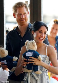 Prince Harry and Meghan, Duchess of Sussex, hold teddy bears as they greet members of the public in Kingfisher Bay on Fraser Island Meghan Markle, Harry And Megan Markle, Princess Diana Death, Princess Meghan, Real Princess, Prince Harry And Megan, Harry And Meghan, Happy Together, Markle Prince Harry