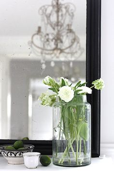 great way of arranging flower in a big glas vase