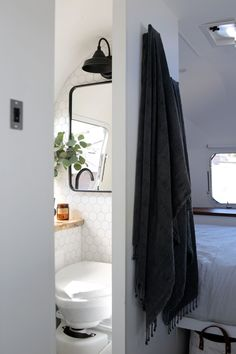 Inspiring Rv Bathroom Makeover Design Ideas - Fan Inspiring Rv Bathroom Makeover Design Ideas - Fan - Submission to 'Living-In-Van-Life-Travel-Photography' 1977 Airstream Overlander House Tour: A Renovated 1972 Airstream Trailer Airstream Living, Airstream Remodel, Airstream Renovation, Airstream Interior, Airstream Trailers, Travel Trailers, Trailer Remodel, Airstream Bathroom, Rv Bathroom